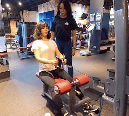 教練Jocelyn與學生Debby_划船健身